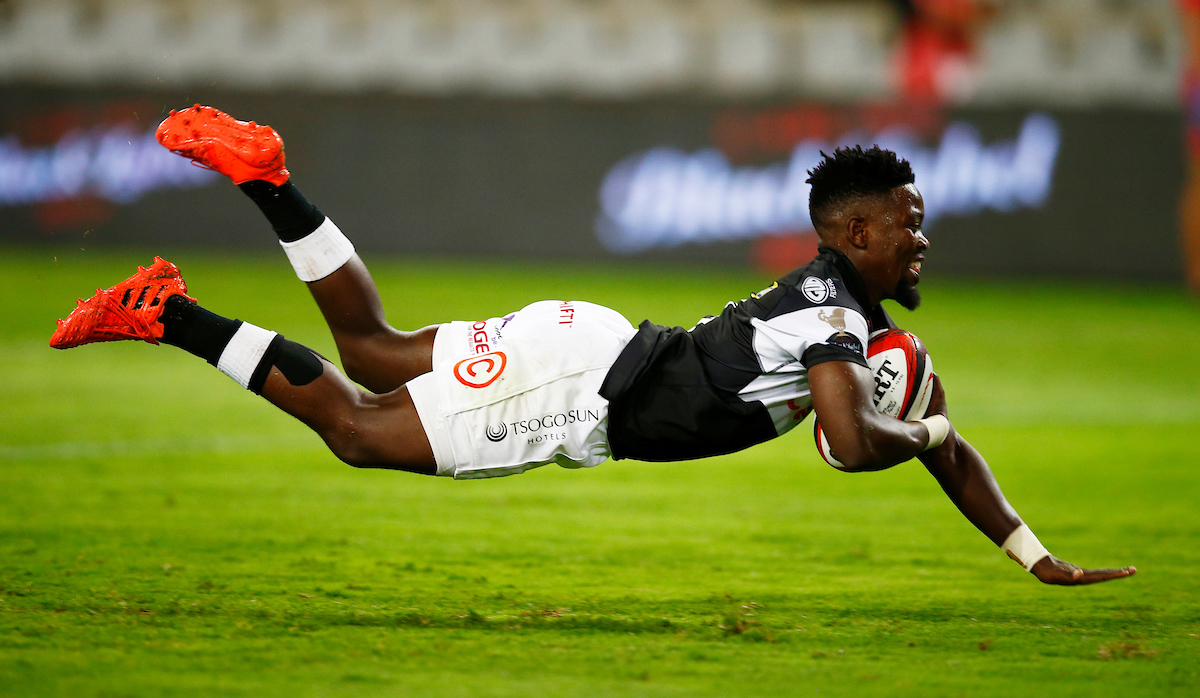 Sanele Nohamba scores for the Sharks