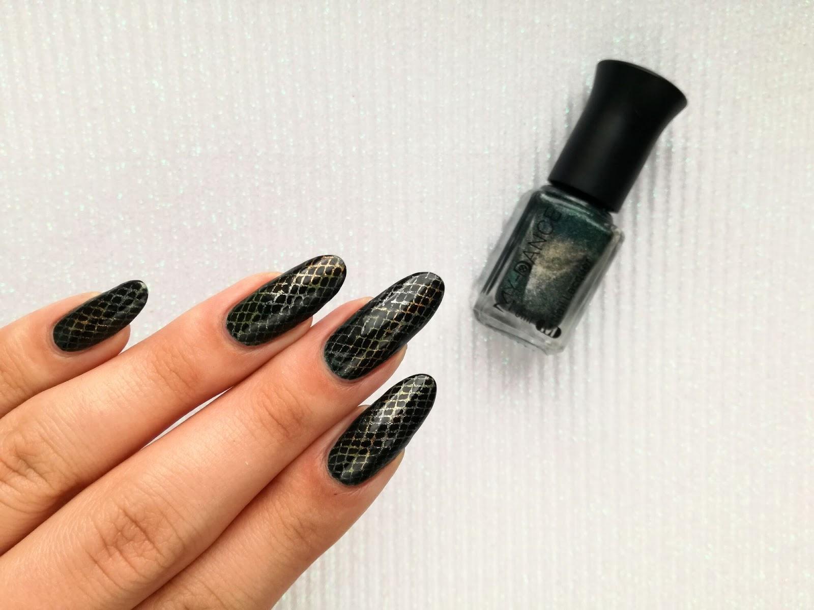 wężowe paznokcie