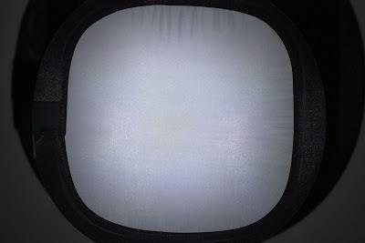 Wiązka przedniego reflektora latarki Lumintop EDC05C oświetlająca planszę do ustawiania balansu bieli w aparatach