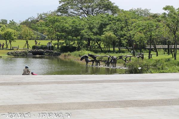 中軸廣場,草原和水池旁也有很多樹木可以遮蔭