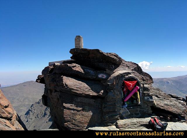 Ruta Posiciones del Veleta - Mulhacén: Cima del Mulhacén con el altar