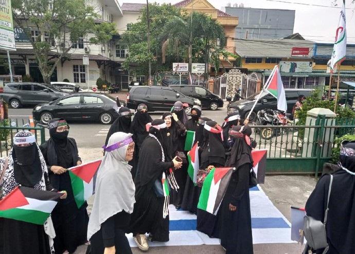 Kecam Tindakan Tak Manusiawi ke Rakyat Palestina, Warga Medan Ramai-ramai Injak Bendera Israel