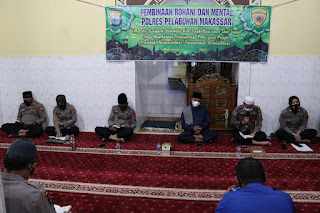 Meningkatkan karakter anggota Polri menjadi lebih agamis dan humanis, Polres Pelabuhan Makassar Gelar Binrohtal