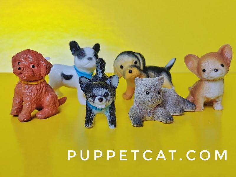 5 игрушечных собак и кошка