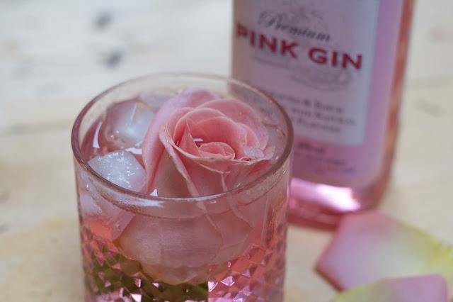 Rose Gin – míchaný drin z ginu a růžového sirupu zdobený růžemi