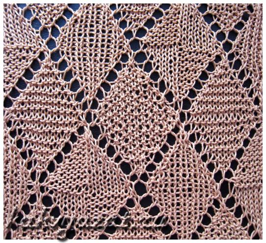 Образец ажурного узора на спицах с рельефными ромбами