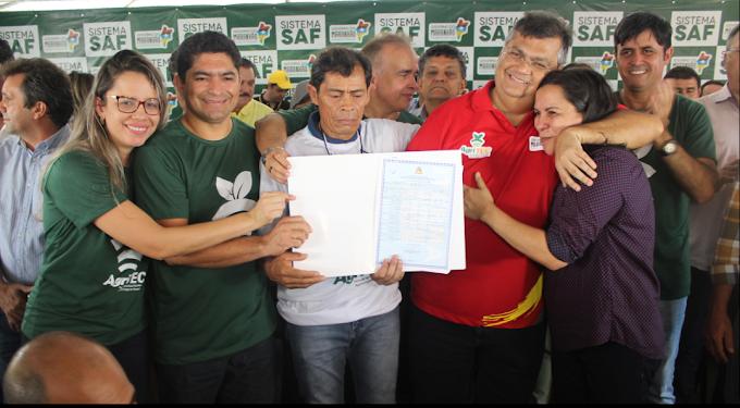 Após 30 anos de espera, agricultores familiares recebem título coletivo de terra durante Agritec Cerrado Sul.
