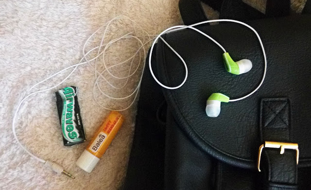 photo showin airwaves gums, balea balm and headphones, balea labelo, žvakaće gume, slušalice
