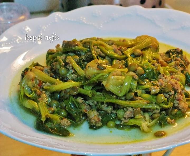 Yeşil mercimekli ıspanak kökü yemeği