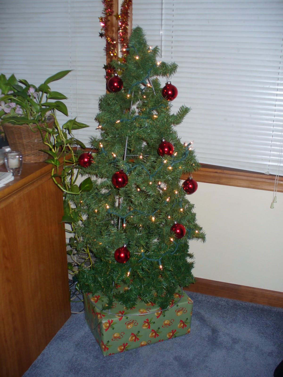 Healthy Crafty Mom : Tomato Cage Christmas Tree