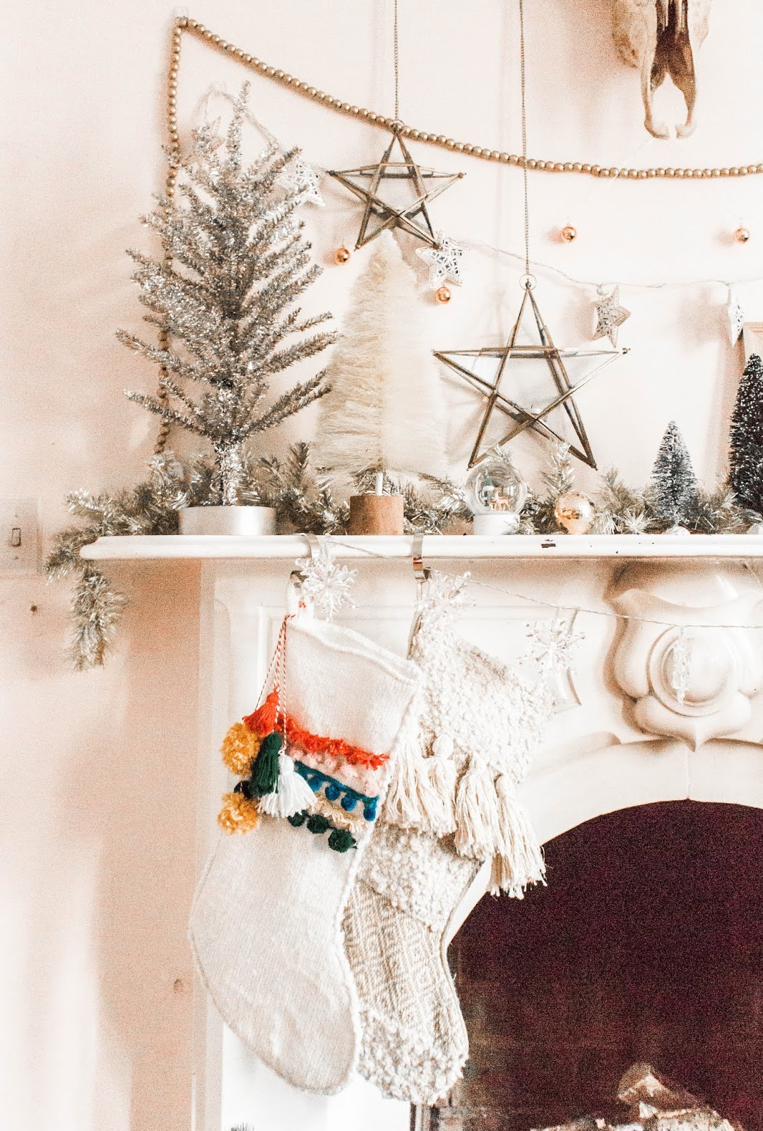 10 Christmas Decorations For A Boho Fireplace