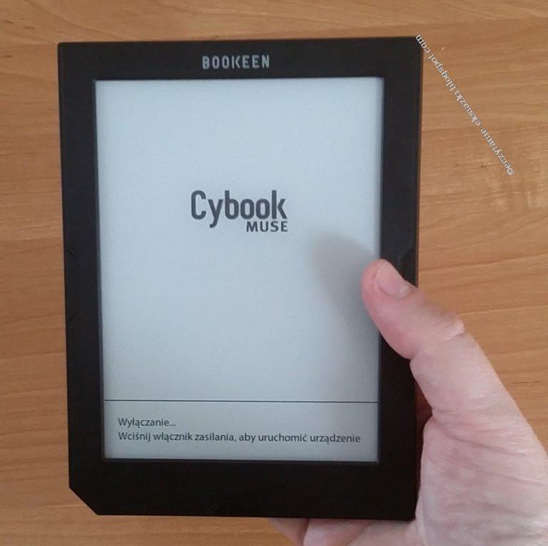 czytnik e-booków Cybook Muse Light trzymany w dłoni
