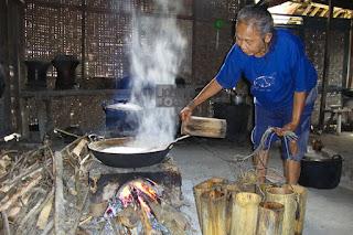Dalam satu lokasi kawasan pembuatan gula semut, terdapat 70 kelompok tani yang bertugas untuk mengelola dan menjual gula semut dengan harga Rp. 20.000 per kilogram. Menurut Rohmadi Suropati, ketua kelompok usaha, biasanya rata-rata pekerjanya untuk waktu seminggu mampu memperoleh pendapatan sebesar Rp. 20 juta dengan jumlah total produk 1 ton.