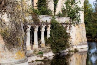 La vegetación tomando el Castillo de la Mothe-Chandeniers