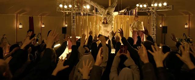 Cena de The Unholy onde uma multidão se reune para admirar o milagre de Alice