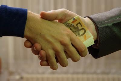 Gambar uang banyak di tangan