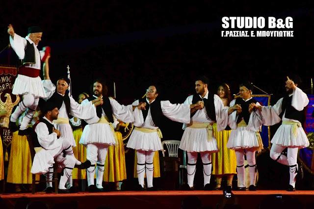 Εντυπωσιακοί παραδοσιακοί χοροί με φόντο το Μπούρτζι στο Ναύπλιο (βίντεο)