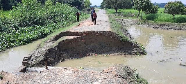 कटैया फाटक के समीप कट गया सड़क, आवाजाही प्रभावित