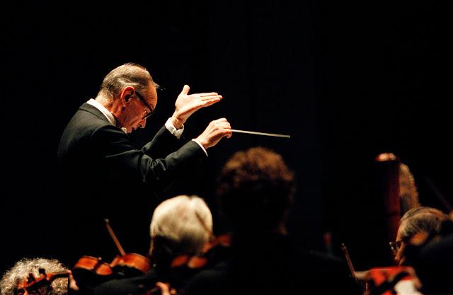 Ennio Morricone dirigiendo a la ROSS