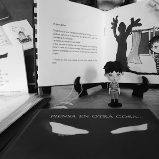 """Fotografía de libros y muñeco de """"Piensa en otra cosa..."""", de Ángeles Mora y Mariví Troy"""