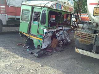 भिलाद हाईवे पर ट्रक के पीछे टैंकर पलटने से चालक की मौत हो गई, - Vapi Media News