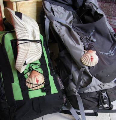 Dua mochilas de peregrinos de Santiago de Compostela