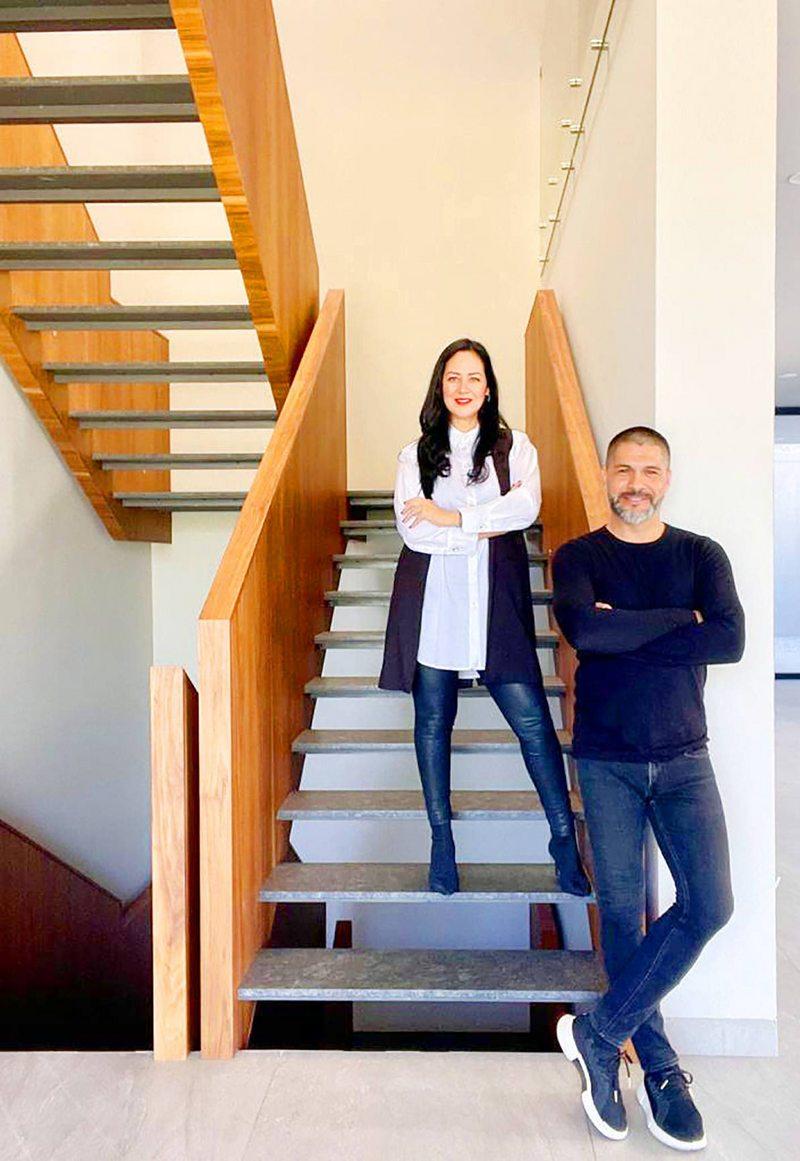 Reinaldo  Navia y su esposa venden propiedades en Miami y en México