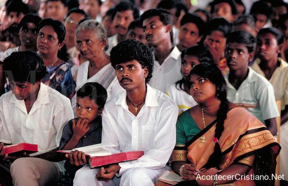 Cristianos leyendo la Biblia en iglesia de Sri Lanka