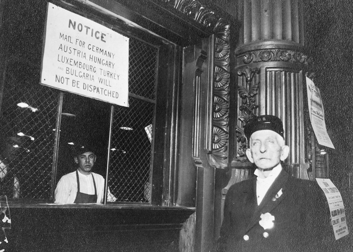 Leyenda original: uno de los signos de la entrada de Estados Unidos en la guerra, en Cincinnati, Ohio. Aviso de suspensión de correo con Central Powers, publicado en la oficina de correos principal, el 15 de abril de 1917.