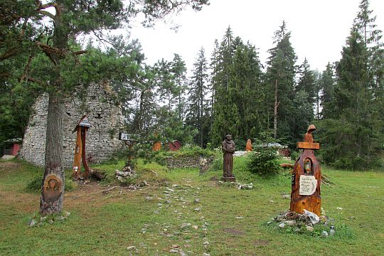 Symboliczny cmentarz poświęcony ofiarom Słowackiego Raju.