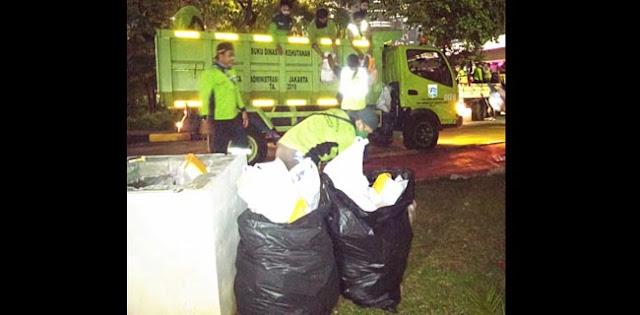 Pasca Unjuk Rasa, DLH DKI Angkut 17,5 Ton Sampah