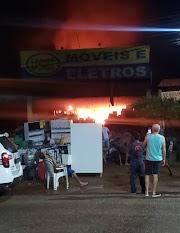 Incêndio causa prejuízos em loja de móveis em Peritoro.