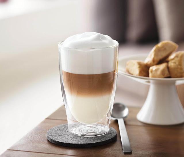 Latte Macchiato là một loại đồ uống nóng gồm cà phê Espresso và sữa, giống cà phê sữa về cơ bản nhưng lượng sữa nhiều hơn. Người Italy ban đầu pha loại cà phê này cho trẻ em uống, dần dần chính người lớn cũng bị nghiện. Lượng caffeine trong Latte Macchiatio đặc biệt thấp.    Dân Italy thường uống Latte Macchiato bằng cốc thủy tinh cao, có thành dày. Một cốc cà phê đúng chuẩn phải bao gồm ba tầng rõ rệt, được rót lần lượt mà không hòa lẫn với nhau. Sữa là lớp đầu tiên, sau đó là bọt sữa - lớp cao nhất. Cuối cùng, người ta rót Espresso vào ly xuyên qua lớp bọt sữa.