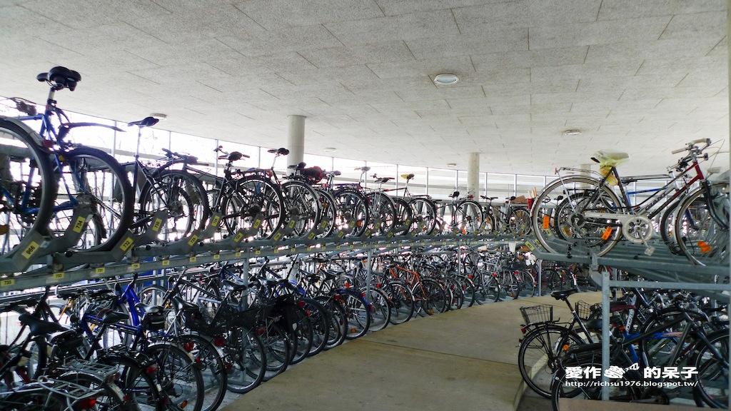 愛作夢的呆子: Freiburg Hbf 旁的腳踏車停車塔