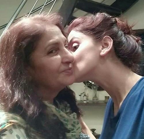 saba qamar mother 1
