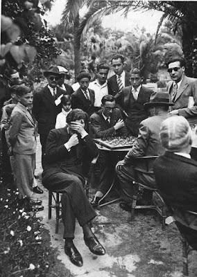 Jugando al ajedrez en los Jardines Arnús de  Badalona en 1933