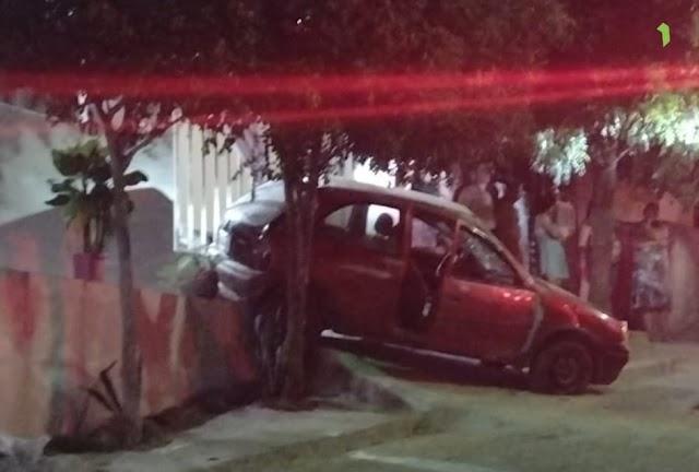 Carro desgovernado desce rua e capota em Santa Cruz do Capibaribe