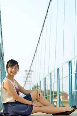 cewek manis dan seksi pakai rok mini di jembatan