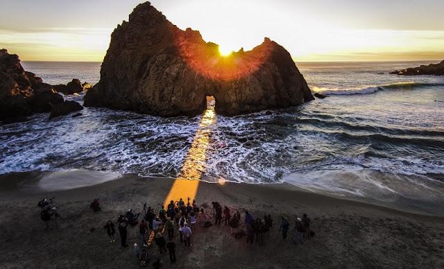 Praia de Pfeiffer Beach em Big Sur na Califórnia