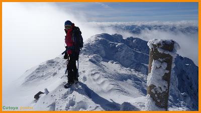 En la cima de Peña Ubiña junto al vértice con mucha nieve
