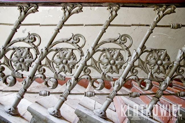 Warszawa: żeliwna balustrada z kwiatami