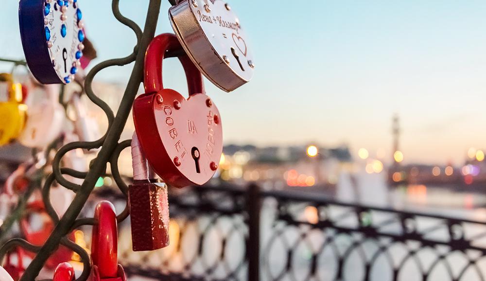 Vorhängeschlösser in Herzform an der Lushkovbrücke in Moskau