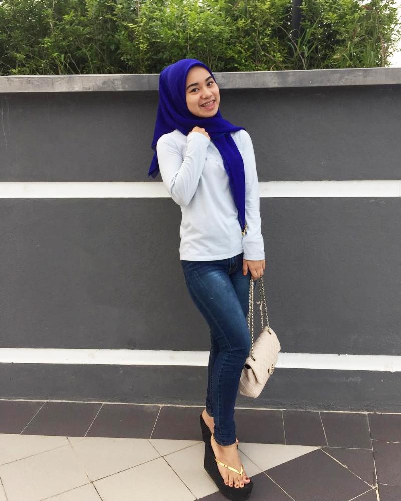 Celana Jeans ketat dan Hijab cewek manis bibir tebal