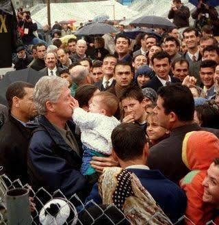 Bir bebek Bill Clinton'ın burnunu sıkıyor, 1999