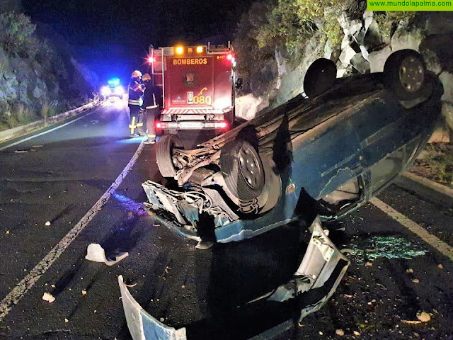 Los Bomberos intervienen en un vuelco de un vehículo y un incendio en Breña Alta