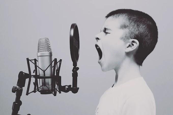 Soñar con cantar en público