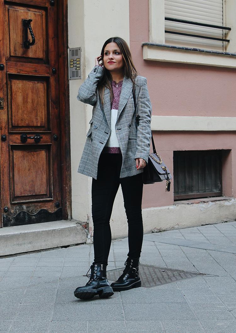 outfit con botas militares y blazer de cuadros blog de moda
