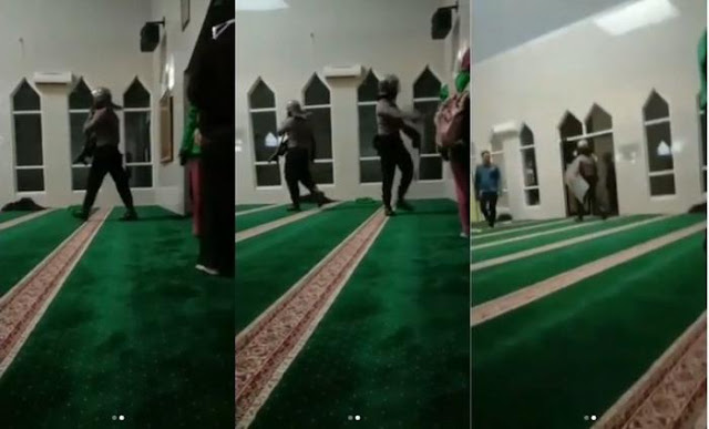 Aparat Masuk Masjid pakai sepatu