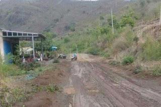 Warga Keluhkan Jalan Berlumpur dan Licin di Jalur Kolo