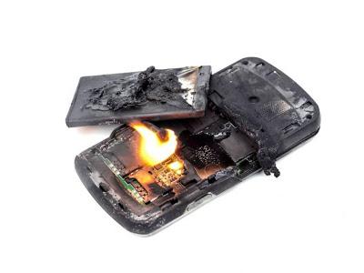 Carregar celular na cama pode causar acidentes; veja cuidados